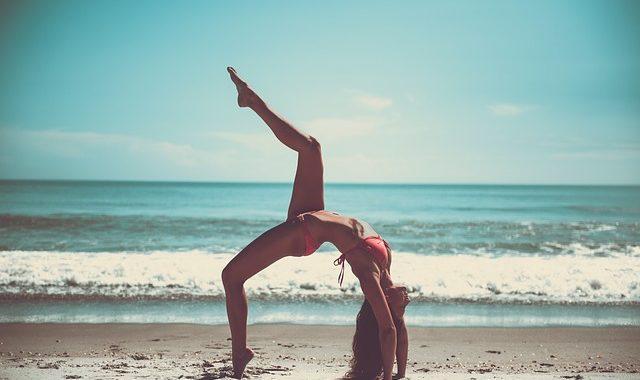 biki fitness pludmalē joga